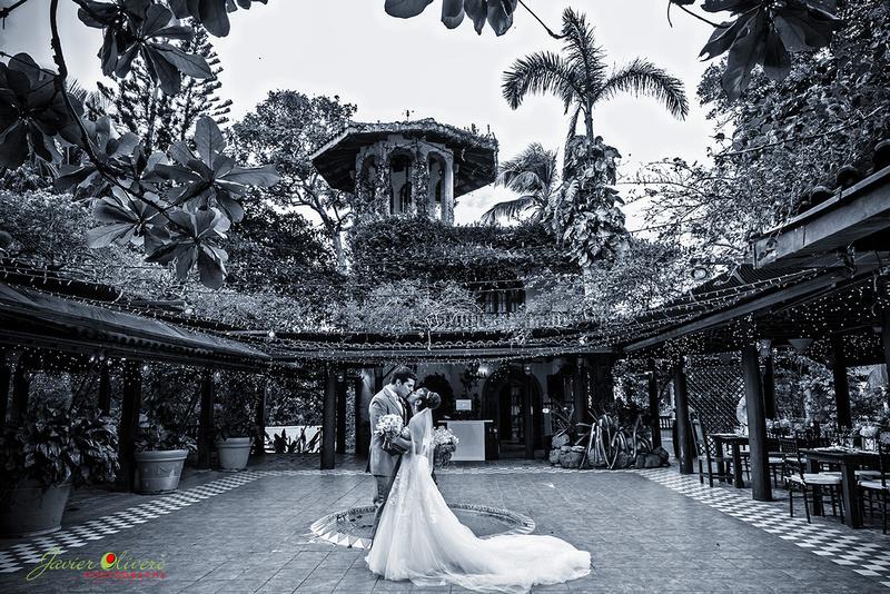 Vista panorámica en blanco y negro del patio interior de la Hacienda Siesta Alegre